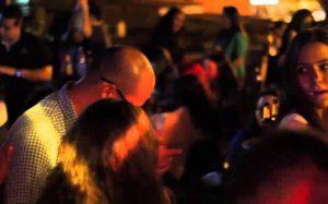 La Galería Bar en Cali es conocida por su sublime terraza en la azotea, fiestas de espuma y nubes de hierba que se arremolinan